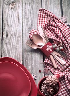 Talheres de jantar de natal com decoração em uma mesa de madeira