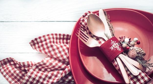 Talheres de jantar de natal em uma mesa de madeira branca