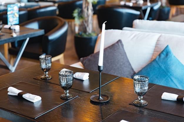 Talheres de luxo no restaurante elegante mesa posta no interior da sala de jantar em s ...