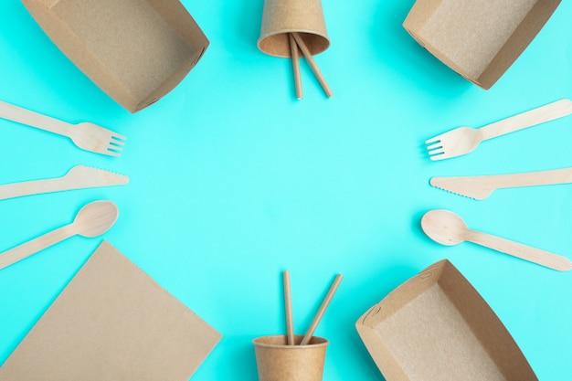 Talheres de madeira de bambu e copos de papel, pratos