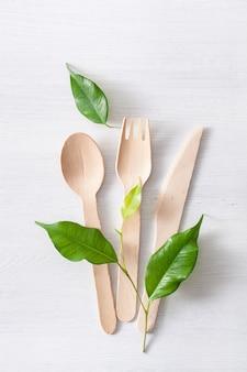 Talheres de madeira ecológicos. conceito livre de plástico