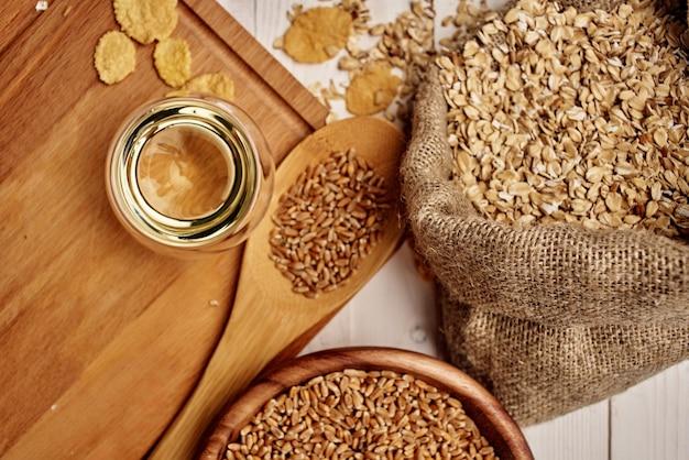 Talheres de madeira, ingredientes naturais, fundo de madeira