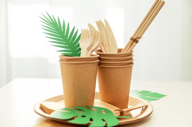 Talheres de papel e bambu ecológicos naturais. o conceito de reciclagem, conservação da natureza e economia da terra. foco seletivo.
