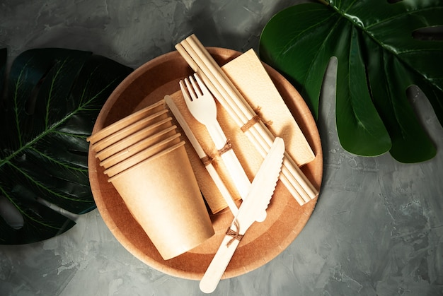 Talheres de papel e bambu ecológicos naturais. o conceito de reciclagem, conservação da natureza e economia da terra.