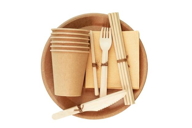 Talheres de papel e bambu naturais e ecológicos. o conceito de reciclagem, conservação da natureza e economia da terra. isolado no branco.
