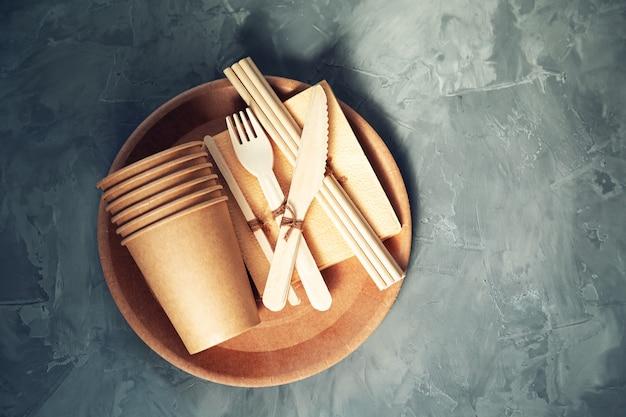 Talheres de papel e bambu naturais e ecológicos. o conceito de reciclagem, conservação da natureza e economia da terra.