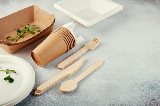Talheres descartáveis biodegradáveis. pratos, copos, caixas de papel.