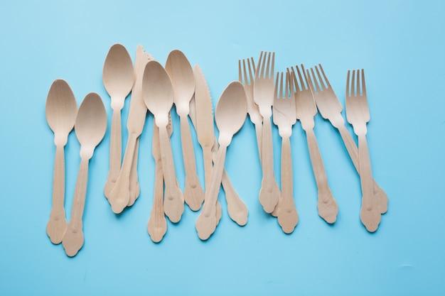 Talheres descartáveis de materiais naturais de madeira, colher, faca e garfo, ecológicos para piquenique.