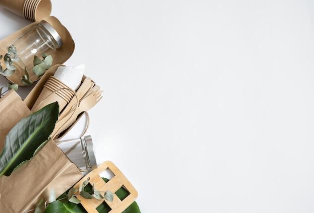 Talheres descartáveis ecológicos. o conceito de salvar o planeta, a rejeição do plástico.