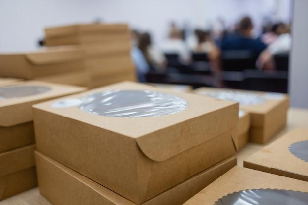Talheres descartáveis ecológicos para fast-food, conceito de vida livre de plástico, caixa vazia de comida para viagem ecológica.