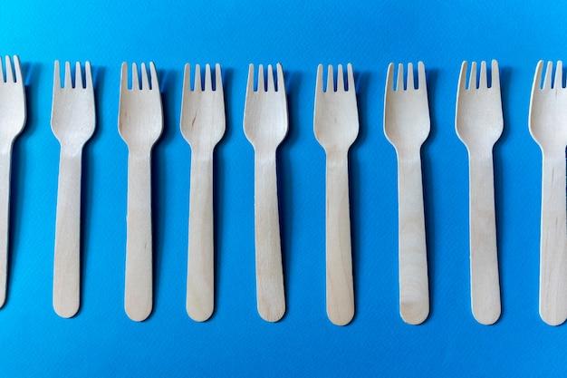 Talheres descartáveis ecológicos. um conjunto de vários garfos de madeira.