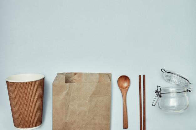 Talheres descartáveis. materiais plásticos e sustentáveis. copie o espaço.