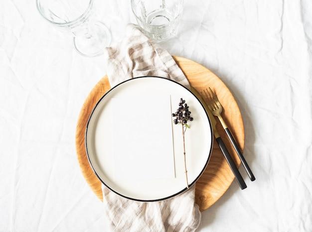 Talheres e decorações para servir mesa