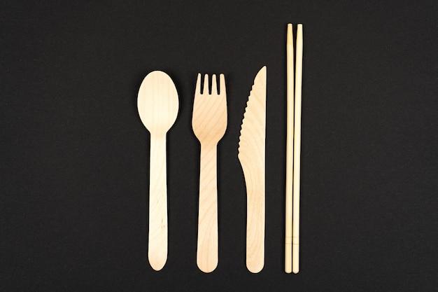 Talheres ecológicos feitos de madeira e bambu sushi garfos colheres e pauzinhos com lugar para texto