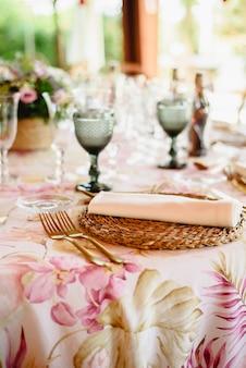 Talheres elegantes e arranjos florais para uma mesa em um restaurante de casamento