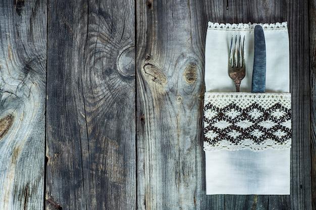 Talheres garfo e faca decorada com pano vintage