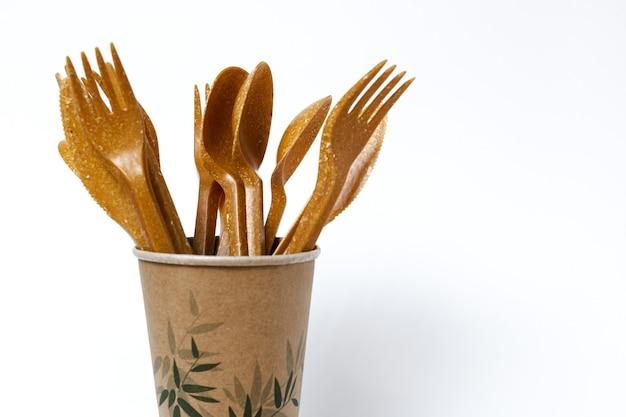 Talheres, garfos, colheres, copos descartáveis de plástico. conceito de reciclagem. plástico zero