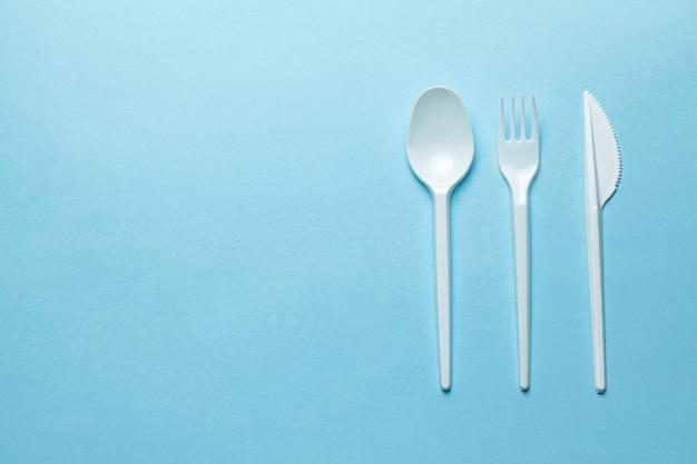 Talheres, garfos, colheres e facas de plástico.