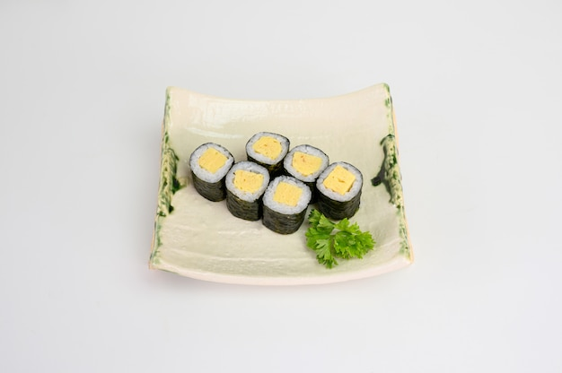 Tamago maki sushi roll algas com arroz japonês
