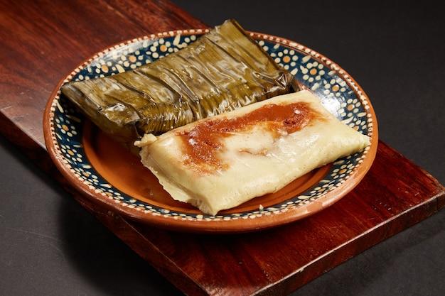 Tamales rancheros de salsa roja com carne de cerdo