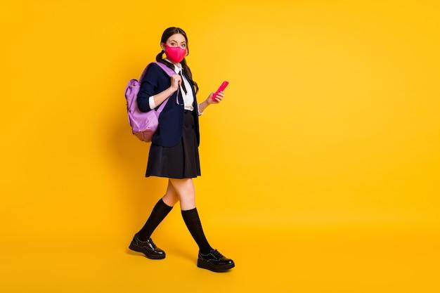 Tamanho total do corpo de uma estudante vá nos gadget telefone usar máscara uniforme