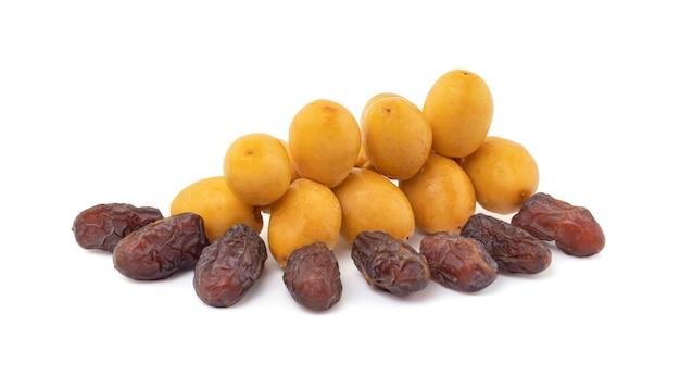 Tâmaras crus amarelas frescas e secas ou tamareira isolada no espaço em branco com traçado de recorte.