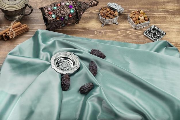 Tâmaras secas em um prato. composição ramdan
