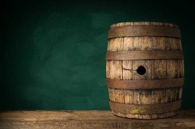 Tambor de cerveja de madeira velho no fundo escuro.