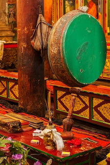 Tambor ritual no mosteiro de hemis. ladakh, índia