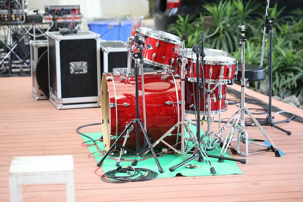 Tambores vermelhos no palco