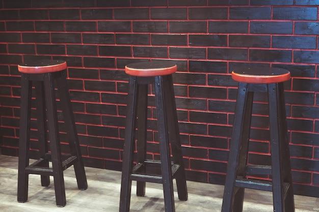 Tamboretes de barra pretos com um assento vermelho. móveis de bar. o interior do bar. móveis para a recepção.