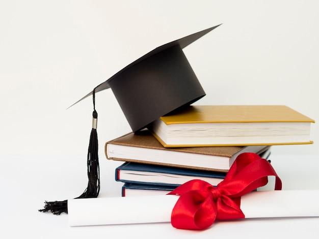 Tampa acadêmica na pilha de livros