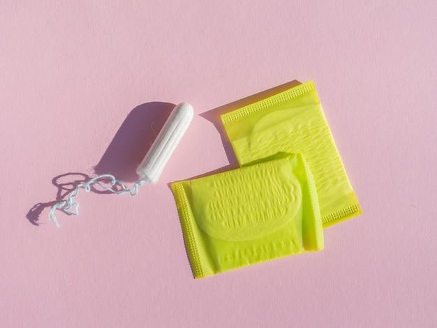 Tampão e almofadas na embalagem de plástico amarelo