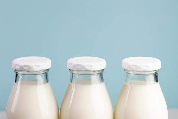 Tampas brancas de garrafas cheias de leite