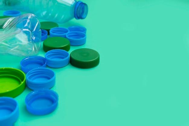 Tampas de garrafa de plástico e garrafas de plástico em verde