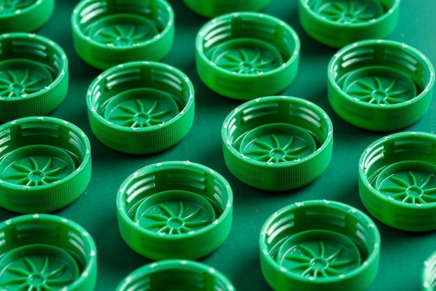 Tampas de garrafas plásticas dobradas