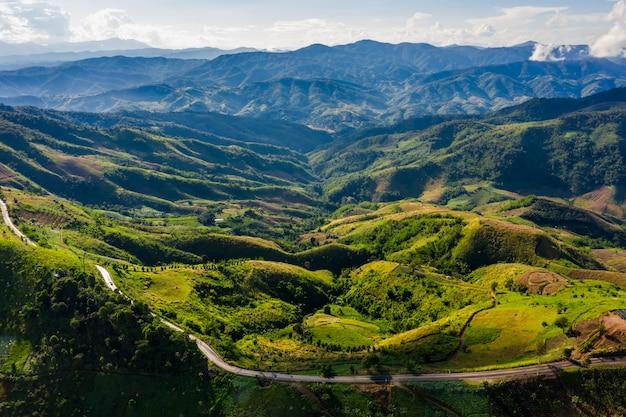 Tampas de montanha de alto ângulo e caminho de estrada na temporada de chuva
