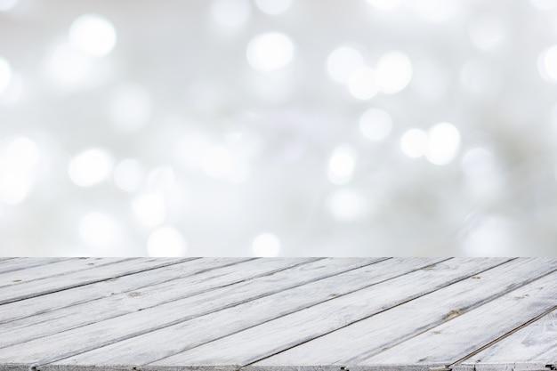 Tampo da mesa branco de madeira no bokeh branco abstrato. natal e festivo.