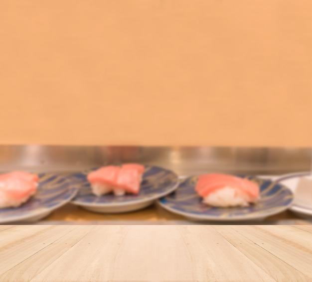 Tampo da mesa de madeira com fundo sushi borrada