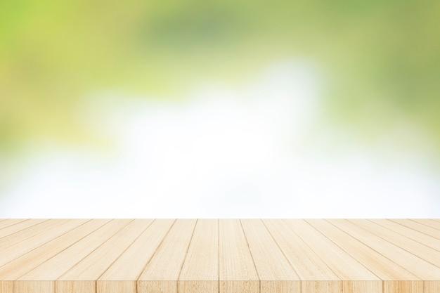 Tampo da mesa de madeira com parede de janela de vidro de desfoque