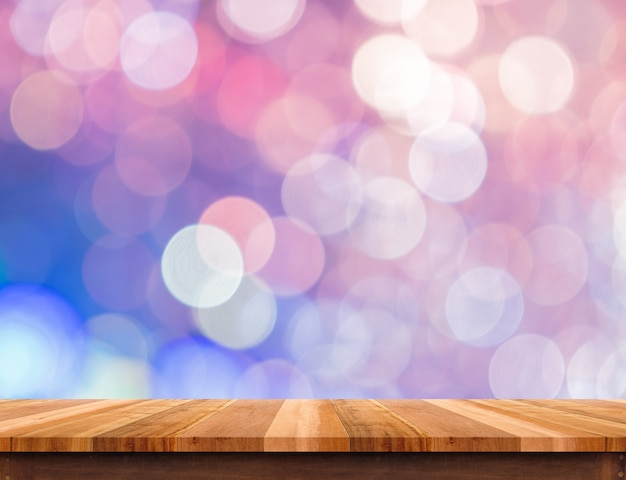 Tampo da mesa de madeira marrom vazio com luz de bokeh pastel rosa, puple abstrata