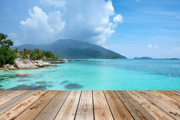 Tampo da mesa de madeira na cena andaman mar de cristal bonito