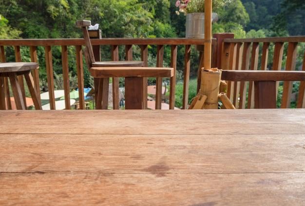Tampo da mesa de madeira na sala de estar ao ar livre em natural