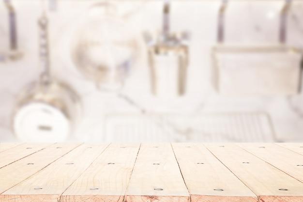 Tampo da mesa de madeira no fundo da cozinha do disfocus.