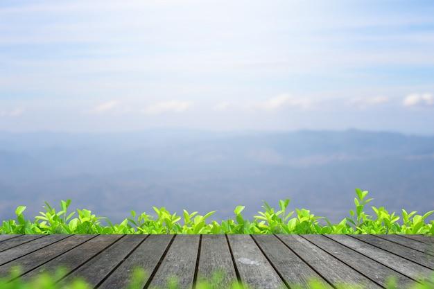 Tampo da mesa de madeira no fundo da montanha borrão