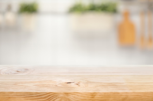 Tampo da mesa de madeira no fundo desfocado do balcão da cozinha (sala)