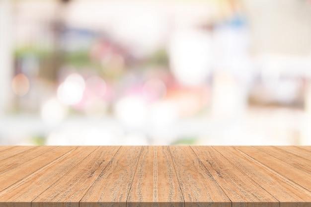 Tampo da mesa de madeira no fundo desfocado do shopping center, espaço para montagem de seus produtos