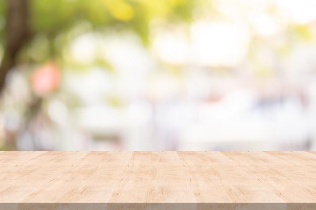 Tampo da mesa de madeira no fundo desfocado no jardim