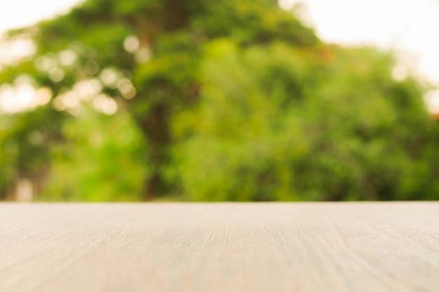 Tampo da mesa de madeira sobre a natureza