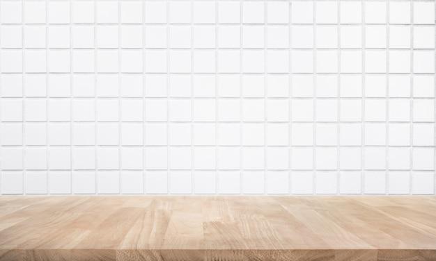 Tampo da mesa de madeira vazio com parede de tijolos
